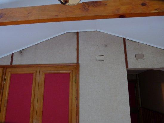 Mitico Puelo Lodge: schwarze Schimmelflecken an der Wand beim Schrank
