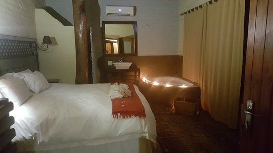 Benoni, Zuid-Afrika: Honeymoon Suite, Anniversary & Romantic Hide away. Book the Mosaic Pebble or Forest Tree Room