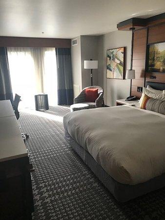 The Heathman Hotel Kirkland: Large king size bed.