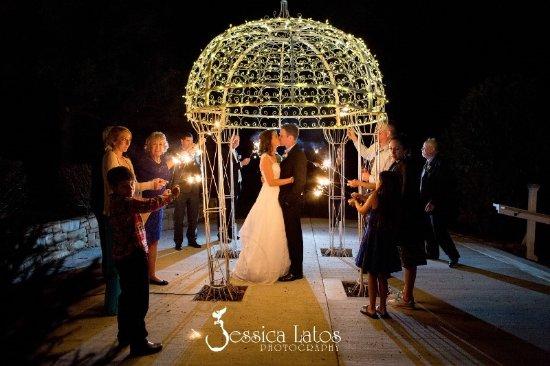 Lovettsville, Βιρτζίνια: Nightime wedding celebration at the Garden Gazebo