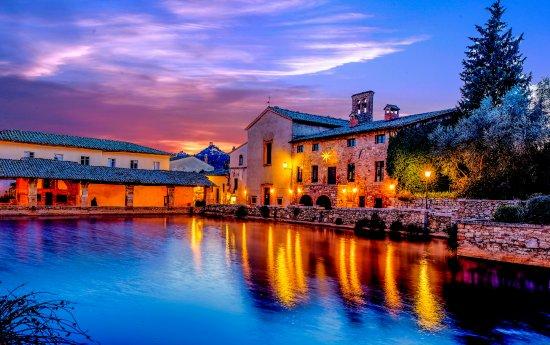 La vasca di Bagno Vignoni in un tramonto invernale. - Foto di Piazza ...