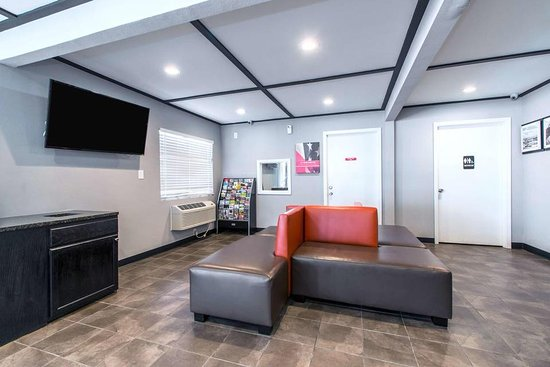 Motel 6 Atlanta Northeast - Norcross: 24/7 Lobby with professional delegated and hardworking staff to make your stay more pleasant