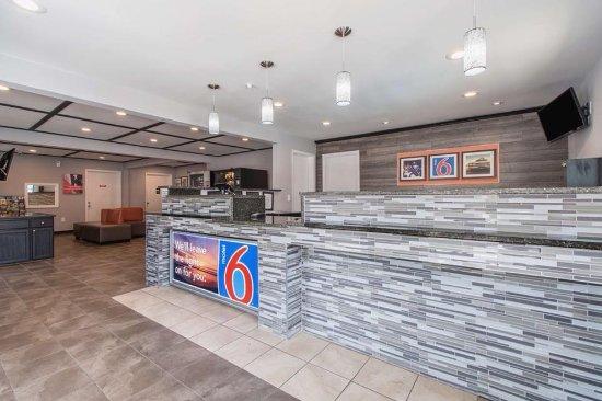 Motel 6 Atlanta Northeast - Norcross: Lobby with Snack machine open 24/7