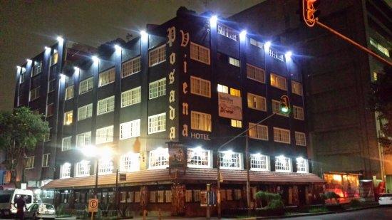 Posada Viena Hotel: Fachada de noche