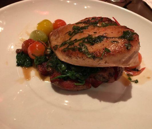 Algonquin, إلينوي: Montarra Chicken with roasted fingerling potatoes, basil and tomatoes was a Valentine's Day dish