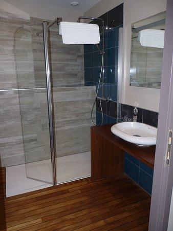 Salle de bains avec parquet bois bateau dans toutes les chambres picture of hotel des rochers - Salle de bain avec parquet ...