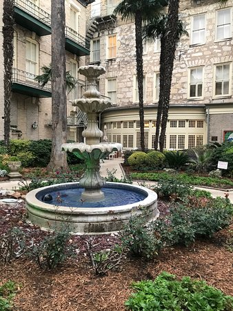 Menger Hotel: Courtyard view
