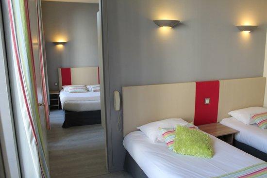Hôtel Bellevue : Chambre familiale (plancher) avec porte communicante, 2 salles d'eau avec douche et wc ....