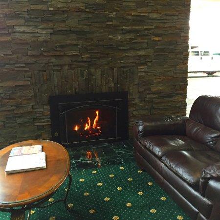 Rogue Regency Inn: Lobby fireplace