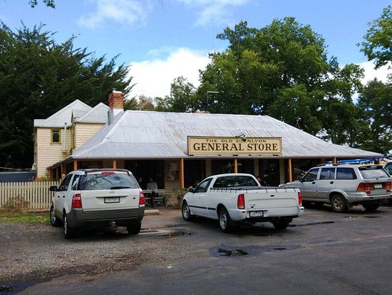 Glenlyon, Australia: Very Australian - Utes & Station wagons on a Sunday morning