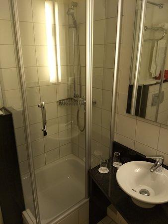 BEST WESTERN Hotel Nürnberg am Hauptbahnhof: Kleines Badezimmer mit niedrigem Waschbecken und enger Dusche.