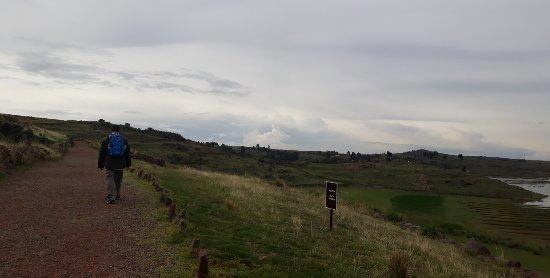 Subida a las Chullpas de Sillustani. Es una camino descansado y tranquilo a pesar de la altura.