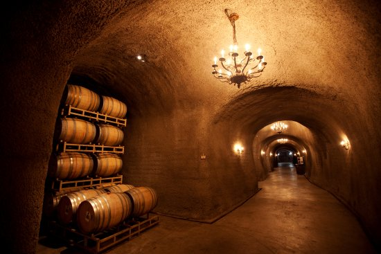 Rutherford, Californien: French oak barrels inside the caves