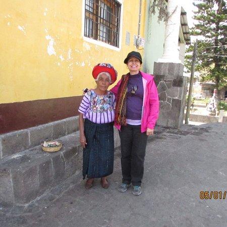 Lake Atitlan, جواتيمالا: Trajes indigenas de los pueblos de Atitlan