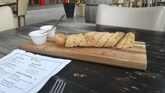 Fuoco Prime Steak & Seafood: Couvert do restaurante, pão estilo italiano com os molhos bem saborosos.