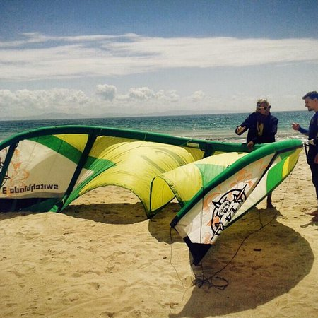 Oscar kite piratas freedom kite school tarifa for Camping jardin de las dunas