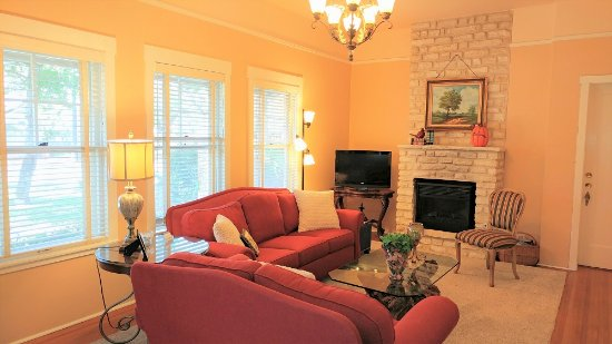 Magnolia House Bed and Breakfast: Magnolia Suite has a large sitting area with a fireplace