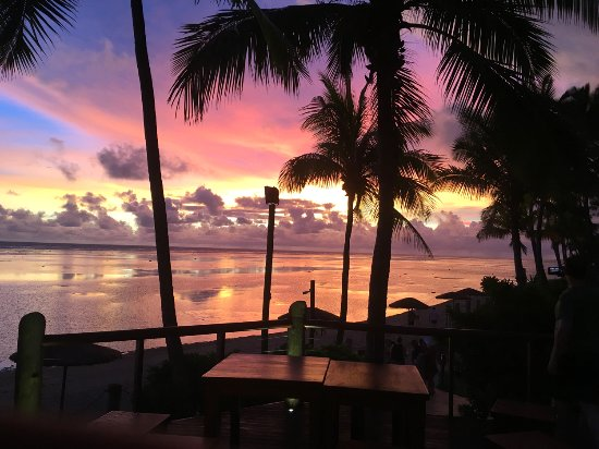 Outrigger Fiji Beach Resort: Another evening. looking west from the Sunset bar and Grill. The colours are not photoshopped
