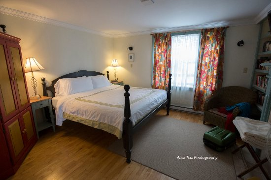 Artisan Inn: Large bedroom, closet and great view