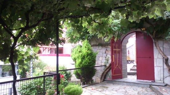 Nikisiani, اليونان: Βγαίνοντας από τον περίβολο...