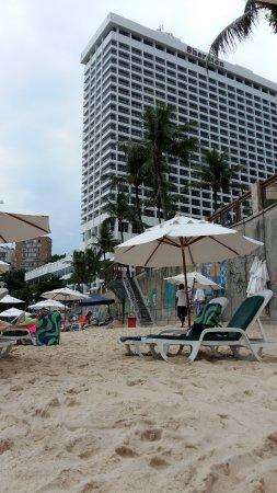 Sheraton Grand Rio Hotel & Resort: vista desde la playa del hotel. arriba esta el patio de piscinas.