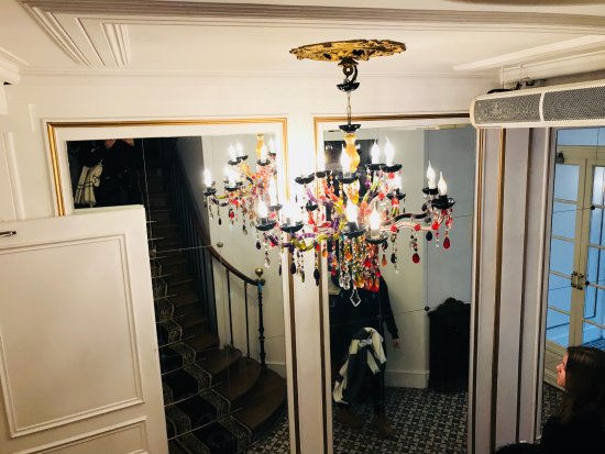 هوتل دو لاتور ماوبروج: Bajando la escalera en el lobby