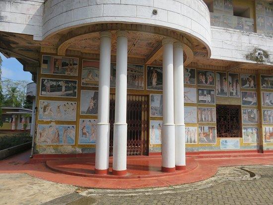 Weherahena Buddhist Temple : Entering the temple