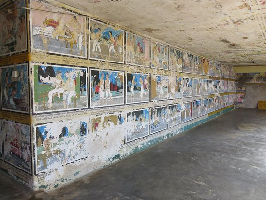 Weherahena Buddhist Temple : The painting above ground show signs of wear