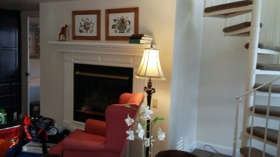 The Eagle Harbor Inn: Gas fireplace in the livingroom