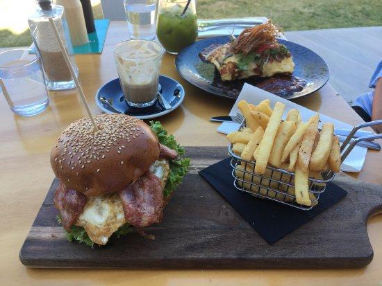 Como, أستراليا: Breaky burger & chilli crab omelette