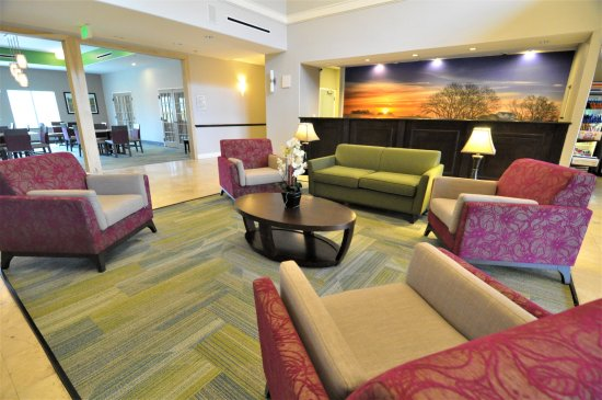 Brookshire, تكساس: Relax in the Lobby Great Room seating areas.