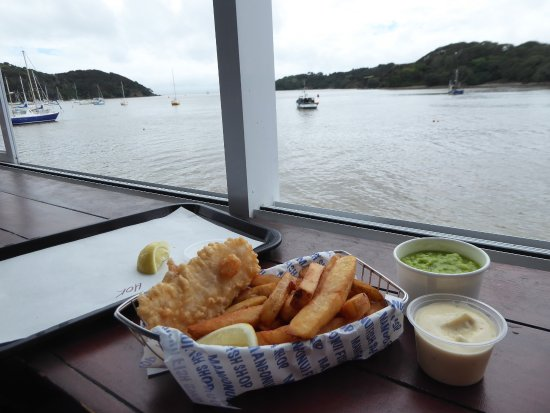 Mangonui, New Zealand: Comes to something when the chip is bigger than the fish portion!