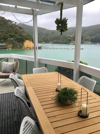 Kawau Island, New Zealand: Outdoor 8 seater dining room on main lodge level look at the harbour