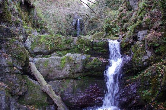 Zeri, Italy: Le due cascate.