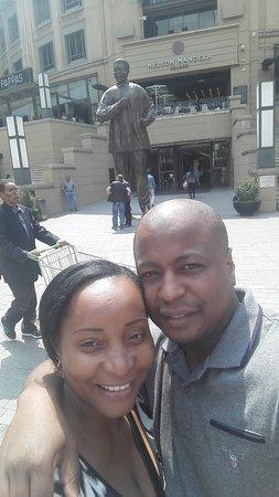 Nelson Mandela Square : The statue
