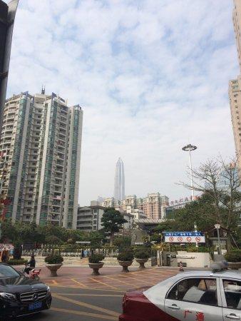 ShuiWei ShangYe BuXingJie: 歩行街から脇道に逸れて直ぐ。京基100を遠くに望む。