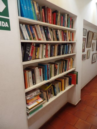 Hostal El Patio: Book exchange library