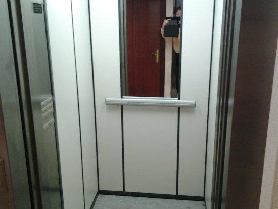 int rieur d 39 ascenseur foto di centre immersio rosas. Black Bedroom Furniture Sets. Home Design Ideas
