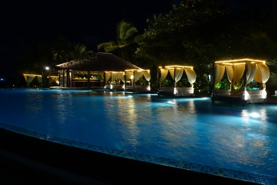 The Residence Maldives: Infinity pool at night