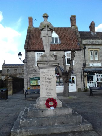 Somerton, UK: The War Memorial with the tea rooms on the right.