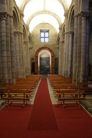 Colegiata del Sar : Nave principal con las columnas inclinadas