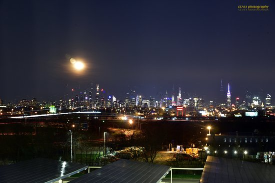 East Rutherford, NJ: the look at night from room