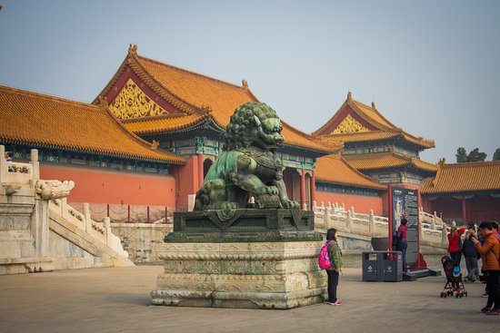 Forbidden City-The Palace Museum: The ball underneath the paw, means that is a female.
