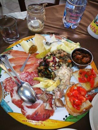 Sigillo, Italy: Antipasto : salumi , farro, crostini, coradella , formaggi, carciofini , crescia tipica della zo