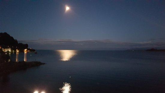 Radisson Hotel Puerto Varas : Hermosa vista nocturna del lago y la luna desde el balcón de nuestra habitacón