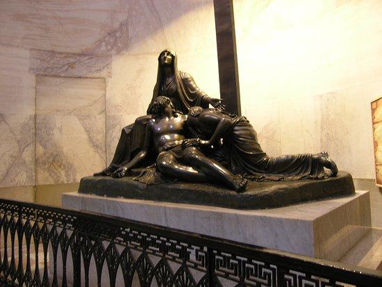Museo Canova: Monumento funebre in bronzo nel Tempio Canoviano