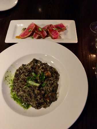 Le Roy, Estado de Nueva York: Seared Rare Tuna appetizer (top) and Stewed Lentils entrée (below)