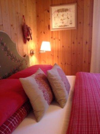 Castello-Molina di Fiemme, Italy: Dettaglio camera matrimoniale suite  appartamento
