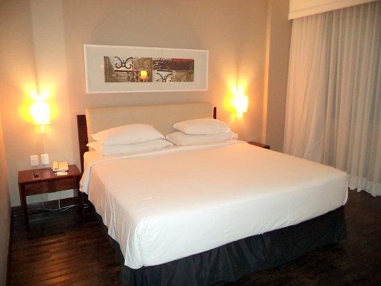 Caesar Business Belo Horizonte Belvedere: quarto amplo e cama idem, além de muito confortável.