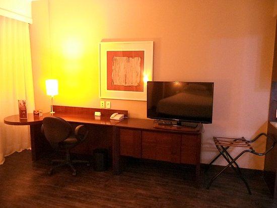 Caesar Business Belo Horizonte Belvedere: mesa de trabalho e TV